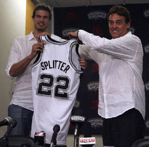 Tiago Splitter (left) and Spurs general manager R.C. Buford show off Splitter's jersey Monday after he signed with the team.