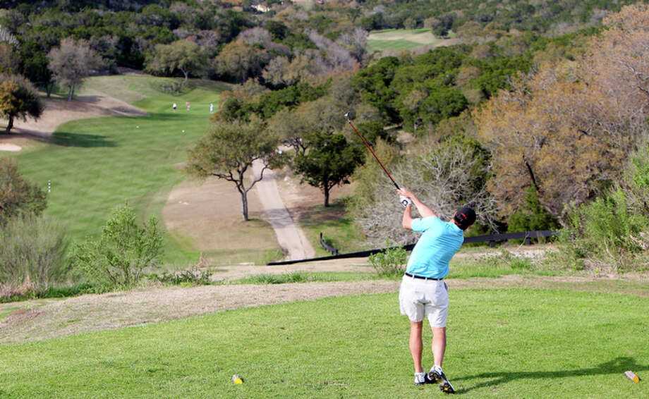 Responding to a letter writer who criticized the high use of water at area golf courses, an agronomist praises the courses for conserving water and helping the environment. Photo: File Photo, San Antonio Express-News / eaornelas@express-news.net
