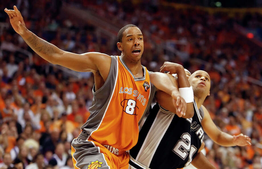 Phoenix Suns' Channing Frye (08) gets tangled with Spurs' Richard Jefferson for a rebound. / San Antonio Express-News