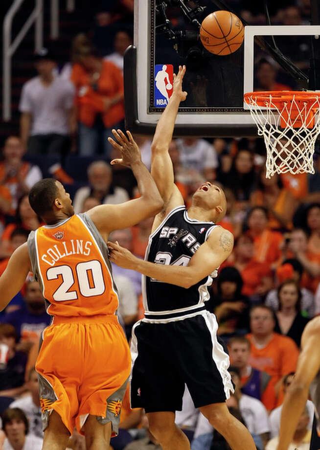 Spurs' Richard Jefferson (24) makes a reverse layup against the Phoenix Suns' Jarron Collins (20). / San Antonio Express-News