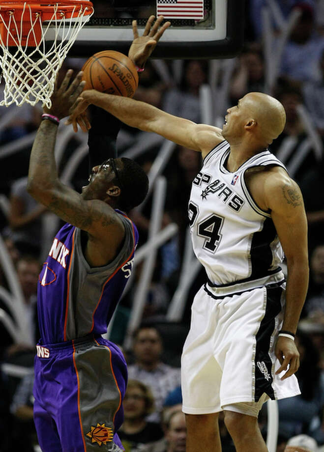 Spurs' Richard Jefferson (right) makes a block against the Phoenix Suns' Amar'e Stoudemire. / San Antonio Express-News
