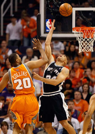 Spurs forward Richard Jefferson (right) puts up a reverse layup in front of Suns center Jarron Collins during Game 2.