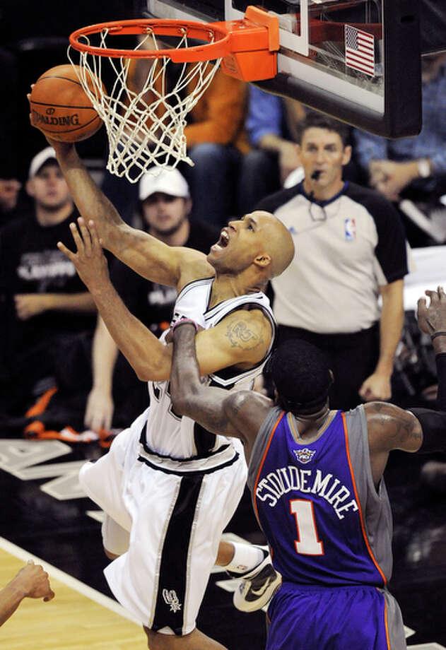 Spurs' Richard Jefferson is fouled by Suns' Amar'e Stoudemire. / © 2010 SAN ANTONIO EXPRESS-NEWS