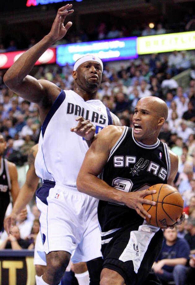 Spurs' Richard Jefferson looks for room around Mavericks' Erick Dampier. / © 2010 SAN ANTONIO EXPRESS-NEWS
