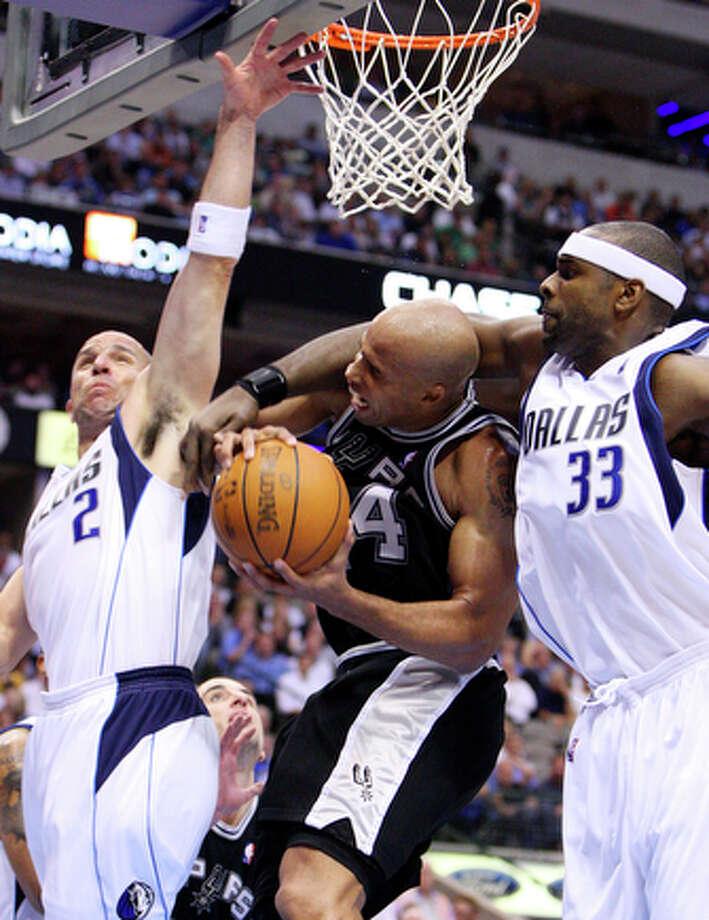 Spurs' Richard Jefferson is fouled by Mavericks' Brendan Haywood. / © 2010 SAN ANTONIO EXPRESS-NEWS