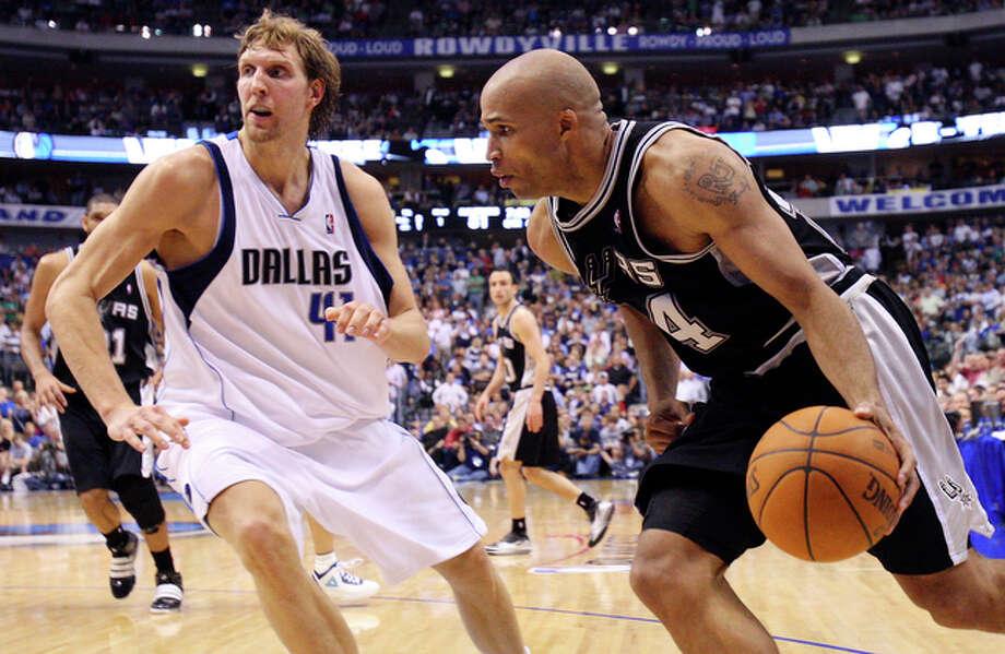 Spurs' Richard Jefferson drives around Mavericks' Dirk Nowitzki. / © 2010 SAN ANTONIO EXPRESS-NEWS