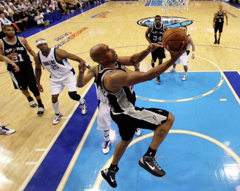 Spurs' Richard Jefferson drives to the basket. / © 2010 SAN ANTONIO EXPRESS-NEWS