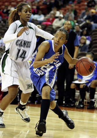 Jay's Dee Evans looks for room around Fort Bend Hightower's Brittney Matthew. / eaornelas@express-news.net