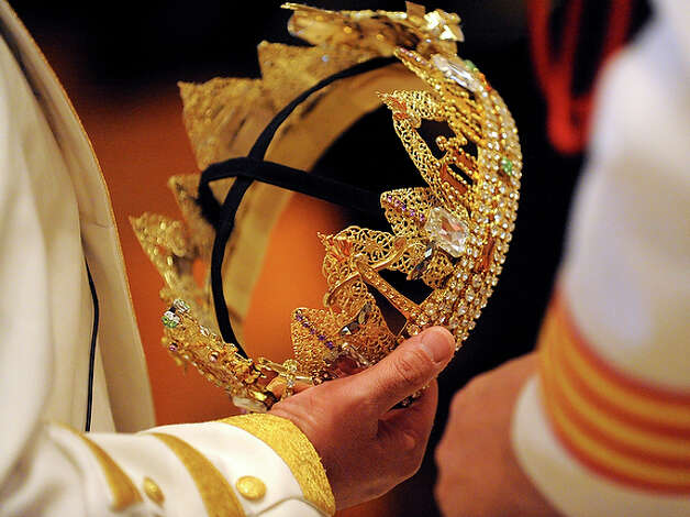 The crown to be worn by Rey Feo LXII is held by a member of the court before the cornonation. / gcalzada@express-news.net
