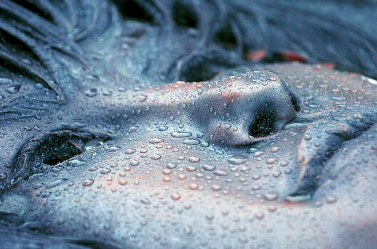 Raindrops collect on the bronze likeness of Selena on her grave in ...