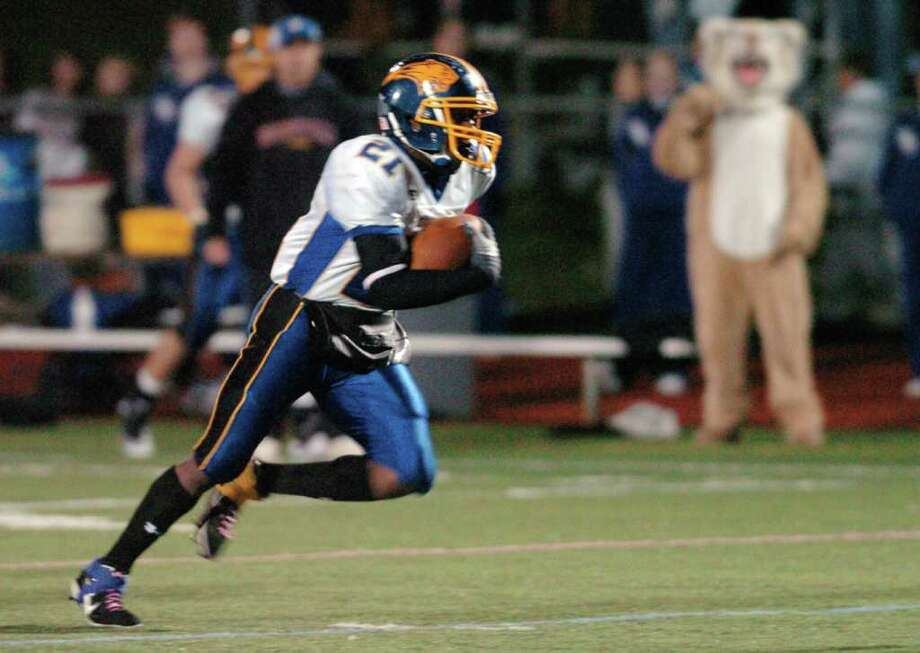 Brookfield's 21, Leaon Gordon heads upfield during the football game against Pomperaug at Southbury High School Nov. 5, 2010. Photo: Chris Ware / The News-Times