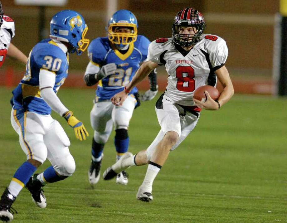 Kirbyville wide receiver Caleb Cucancic finds room to run against the  Waco La Vega defense in the first half of their Class 3A Division II playoff game at Turner Stadium in Humble.Thursday, November 18, 2010.  Valentino Mauricio/The Enterprise Photo: Valentino Mauricio / Beaumont