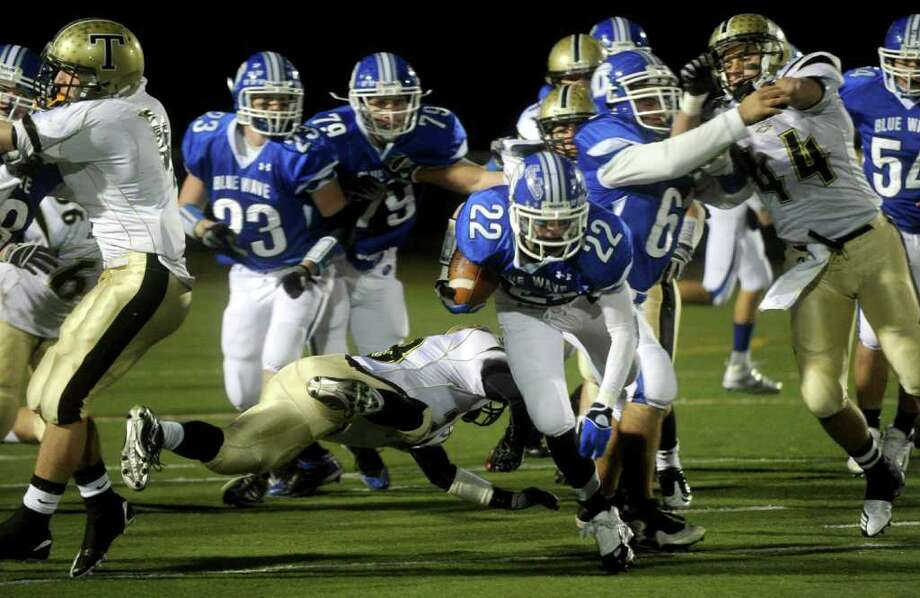 Graham Maybell carries the ball for Darien during Friday's FCIAC football championship game at Trumbull High School on November 19, 2010. Photo: Lindsay Niegelberg / Connecticut Post