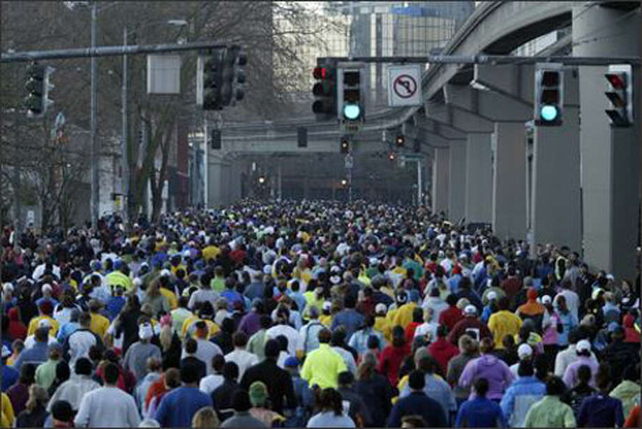 Runners bunch up along Fifth Avenue North in Seattle during the 2007 Seattle Marathon. Photo: Andy Rogers/P-I File