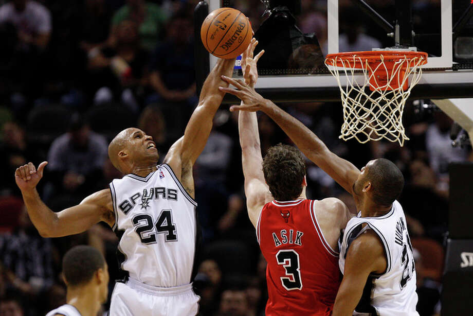 Spurs forward Richard Jefferson rejects a shot by Bulls center Omer Asik with help from Tim Duncan during the first half. Jefferson ended with 12 points. / glara@express-news.net