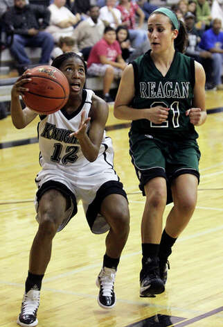 Steele's Domonique Smalls makes a move to the hoop against Marissa Rodriguez. / © 2010 San Antonio Express-News
