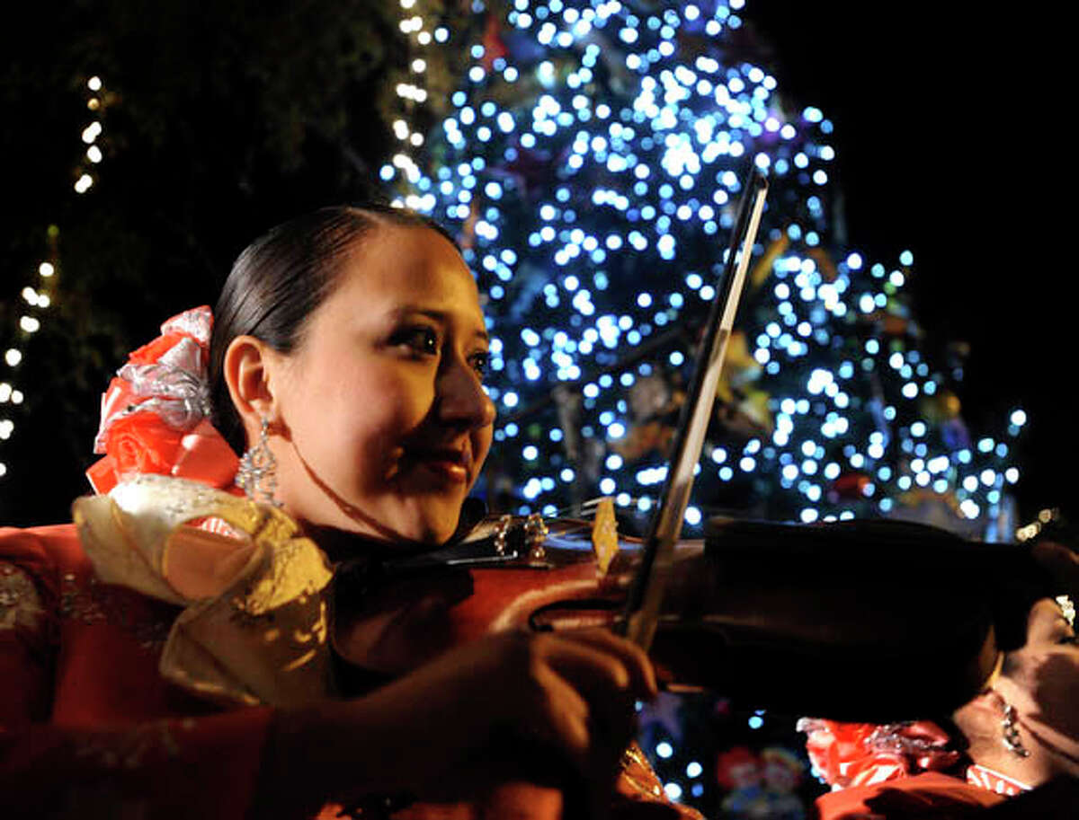 Plan a dinner on the Riverwalk Before or after your barge ride, have a riverside dinner at one of the Riverwalk's restaurants. A lively mariachi serenata and the glow on the water will make for an unmatched holiday ambiance.