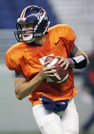 UTSA's Eric Soza looks to pass. / eaornelas@express-news.net