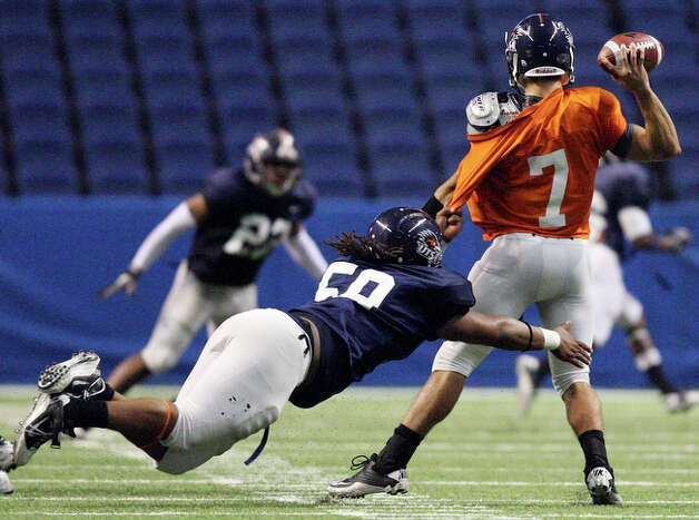 UTSA's Ferrington Macon sacks UTSA's Eric Soza. / eaornelas@express-news.net