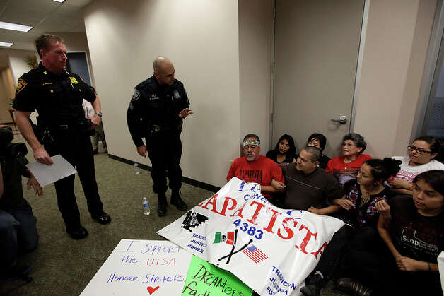 San Antonio Police warn DREAM Act supporters before they were arrested. / glara@express-news.net