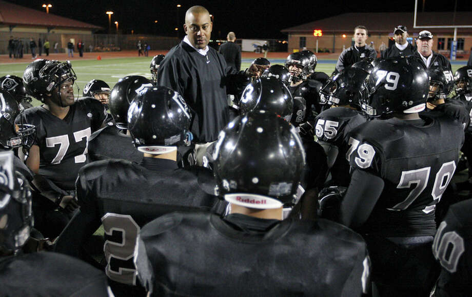 Steele's head coach Mike Jinks talks to the team after the game. / eaornelas@express-news.net