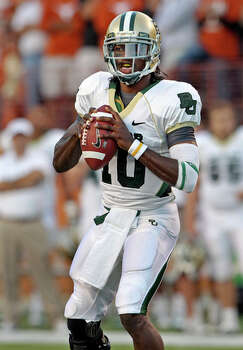 Baylor quarterback Robert Griffin looks for receivers. / © 2010 San Antonio Express-News