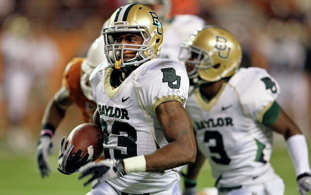 Baylor running back Jay Finley breaks loose for a long touchdown run in the second half. / © 2010 San Antonio Express-News