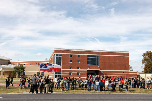 Navarro High School students line up along Texas Highway 123 as they wait for the funeral procession. / glara@express-news.net