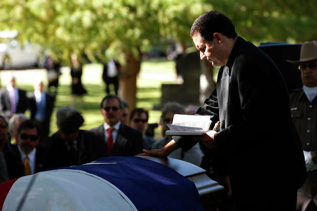 Rev. Tim Bauerkemper, of Faith Luther Church of Seguin, conducts burial service. / glara@express-news.net