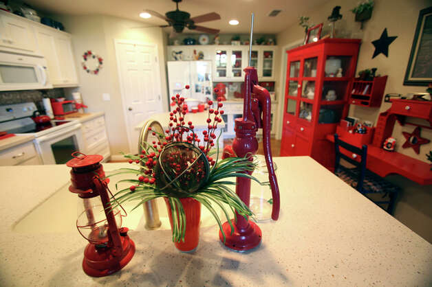 Splashes of red add contrast to the kitchen. / © 2010 San Antonio Express-News