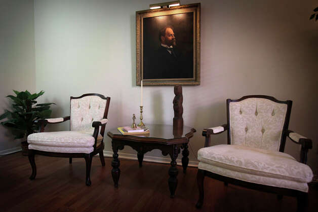 The living room of artist Marti Goeth. / SAN ANTONIO EXPRESS-NEWS