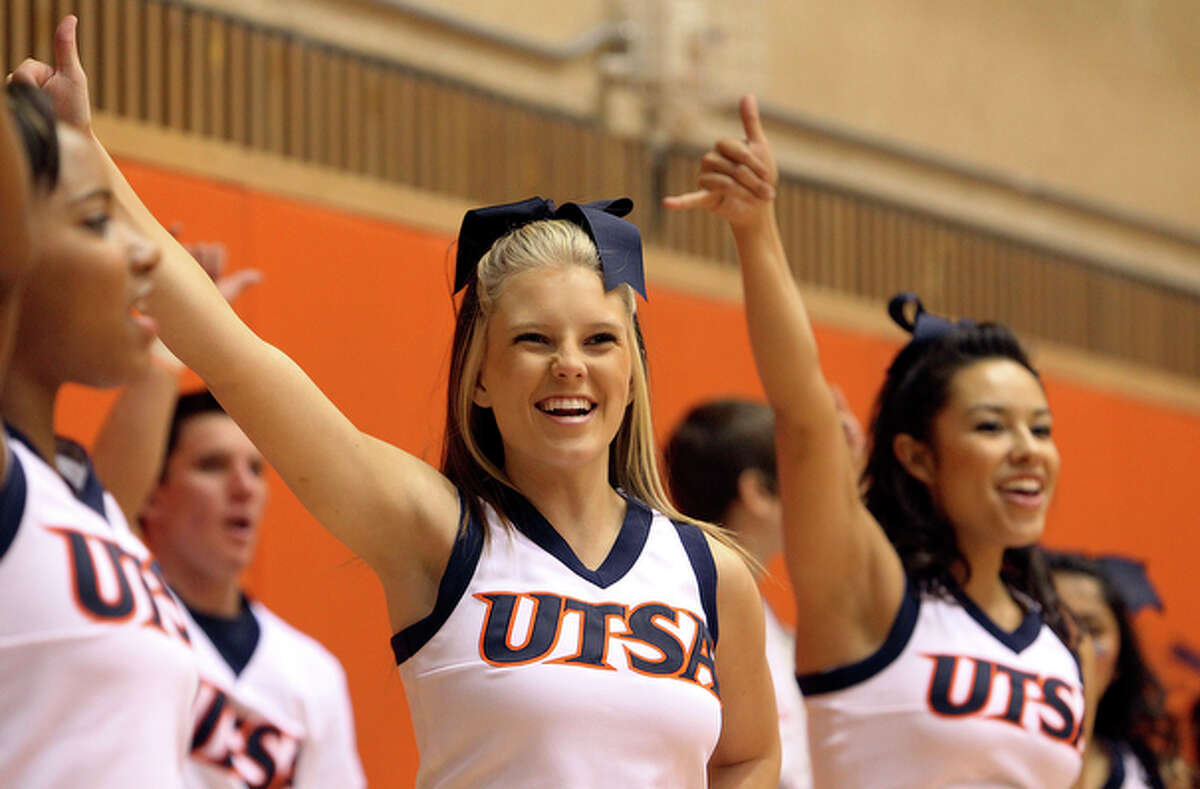 UTSA cheerleaders cheer on the men's basketball team.