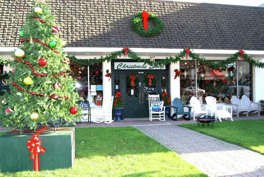 Darien Shops spruce up for the holidays! Photo: Jeanna Petersen Shepard / Darien News
