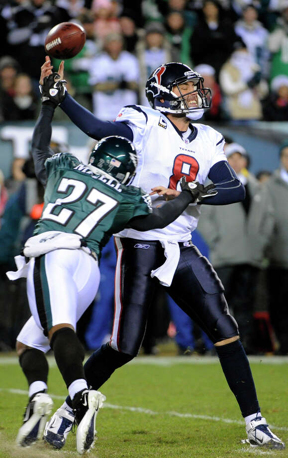 Philadelphia Eagles defensive back Quintin Mikell pressures Houston Texans quarterback Matt Schaub as he throws an incomplete pass Thursday. Photo: Miles Kennedy/Associated Press