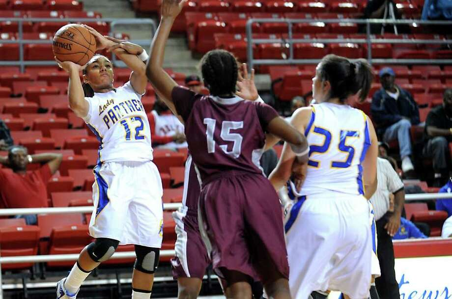 Ozen's Asia Booker shoots against Central in the Montagne Center at Lamar University in Beaumont, Saturday. Tammy McKinley/The Enterprise Photo: TAMMY MCKINLEY / Beaumont