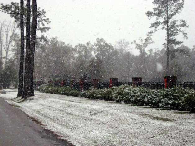 Snow begins to acculmulate along a roadside in Kountze Friday afternoon. Blair Ortmann/The Enterprise Photo: Blair Ortmann/The Enterprise