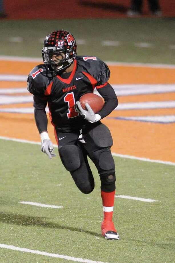 Kirbyville running back LeFredrick Ford picks up yardage on a carry in the first half of playoff action against the Arp Tigers at Sam Houston Bowers Stadium in Huntsville on Friday,  November 27, 2009. Valentino Mauricio/The Enterprise Photo: Valentino Mauricio / Beaumont
