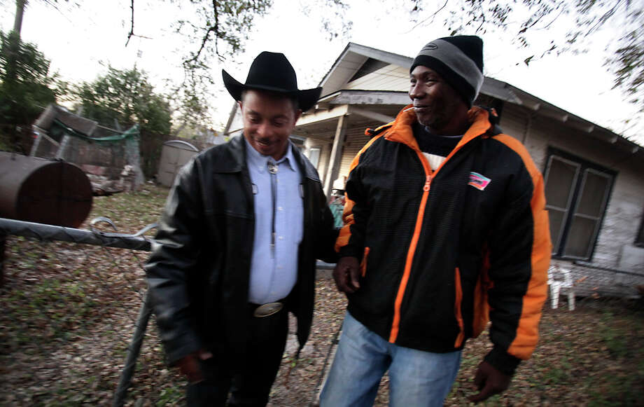 Michael Thompson (left), a driver with LeFleur Transportation, picks up Lawrence Fitzgerald from his home and takes him to University Hospital for cancer treatment. The transportation is funded by ThriveWell Cancer Foundation. Photo: Bob Owen/rowen@express-news.net / SAN ANTONIO EXPRESS-NEWS