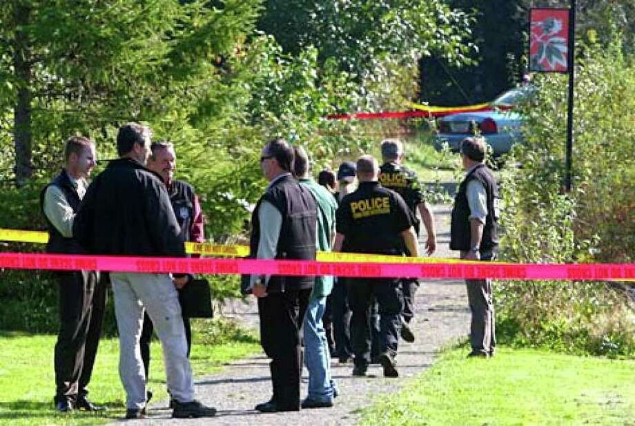 Seattle police respond Wednesday morning to an apparent slaying at Roxhill Park in West Seattle. Photo: Levi Pulkkinen/seattlepi.com