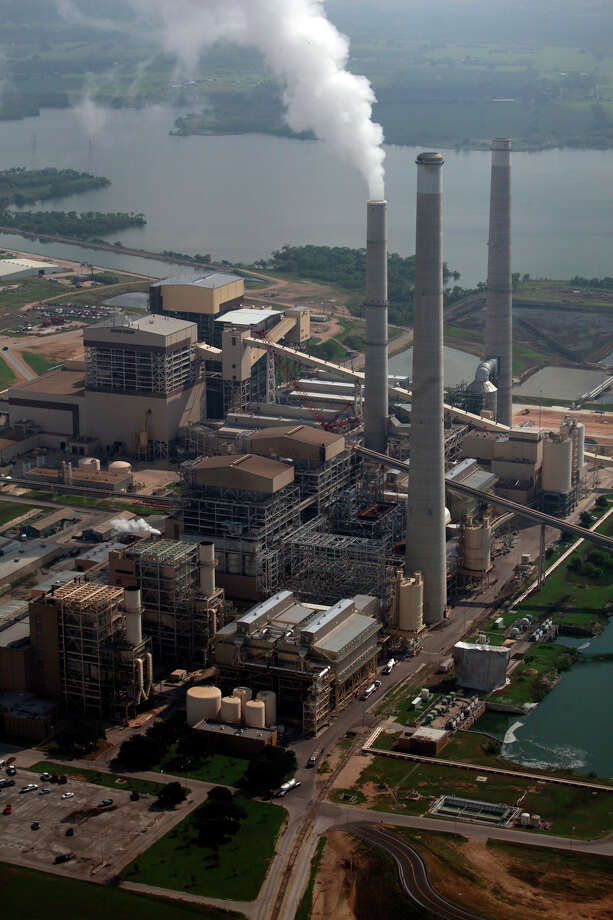 Even without the scrubbers, the two Deely plants (foreground) will remain in compliance with federal clean air requirements. Photo: Lisa Krantz/Express-News / SAN ANTONIO EXPRESS-NEWS