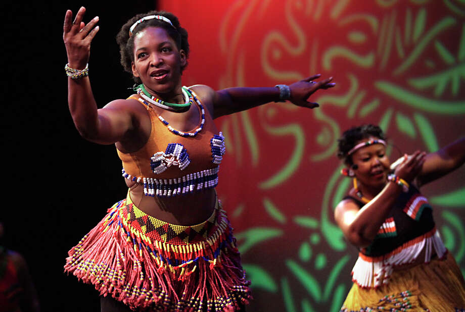 D'Laurie Guliex (left) and Bongi Goba of the Kuumba House Dance Theatre from Houston perform for schoolchildren at the Carver Community Cultural Center. Photo: Bob Owen/rowen@express-news.net / SAN ANTONIO EXPRESS-NEWS