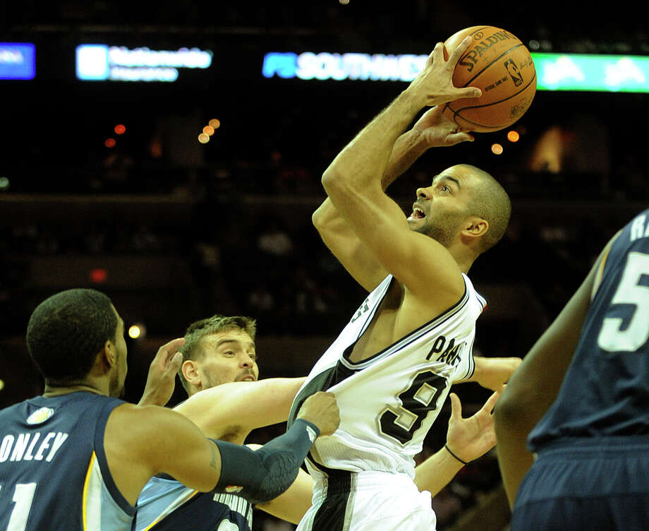 Tony Parker shoots during the first-half of NBA action against the Memphis Grizzlies at the AT&T  Center on Saturday, Dec. 18, 2010. (Photo by Billy Calzada/gcalzada@express-news.net) / SAN ANTONIO EXPRESS-NEWS