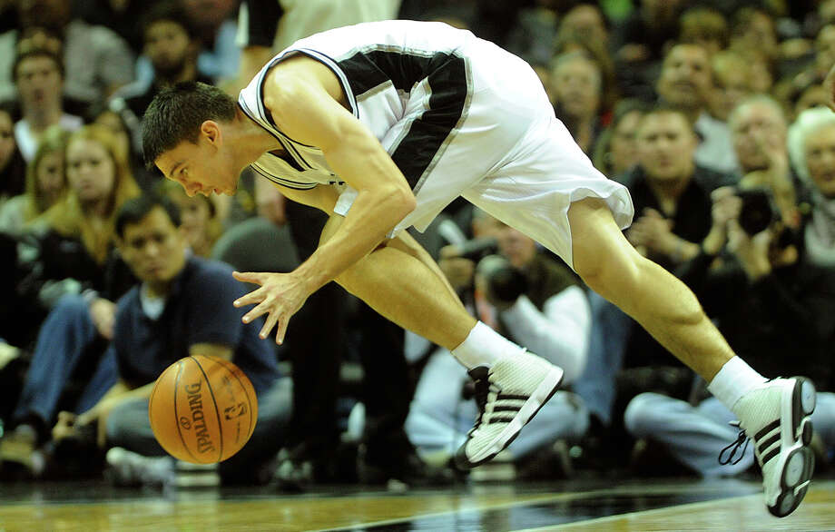 Guard Chris Quinn chases down the ball against the Memphis Grizzlies during the game at the AT&T  Center on Saturday. (Photo by Billy Calzada/gcalzada@express-news.net) / SAN ANTONIO EXPRESS-NEWS