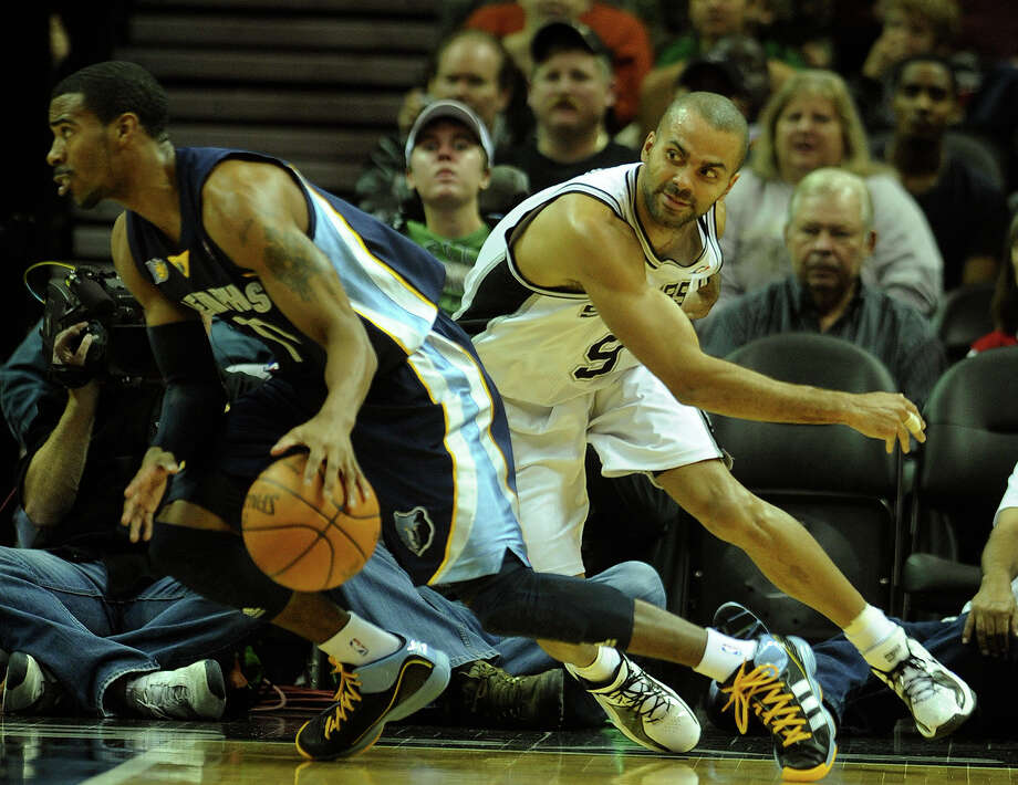 Tony Parker attempts to steal the ball from Mike Conley of the Memphis Grizzlies during the game at the AT&T Center on Saturday. (Photo by Billy Calzada/gcalzada@express-news.net) / SAN ANTONIO EXPRESS-NEWS