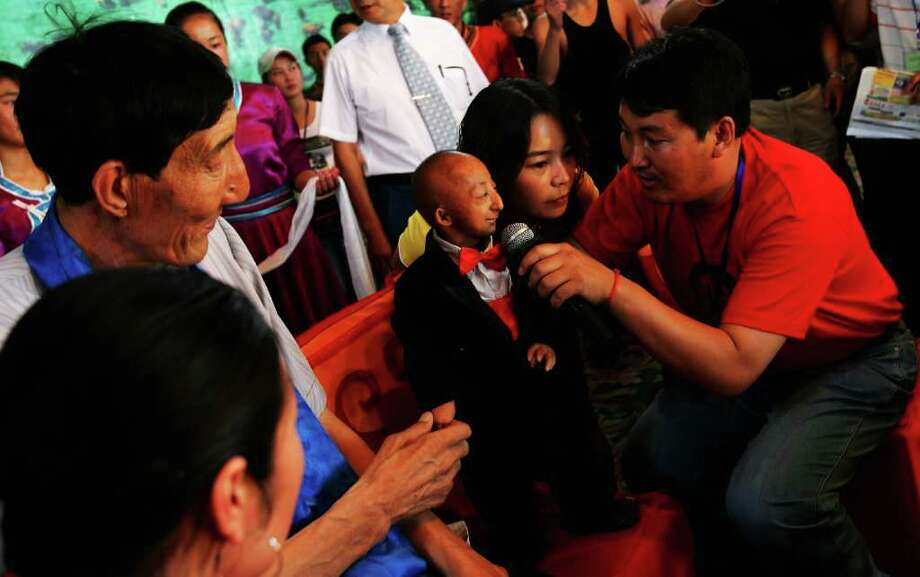 World's shortest man He Pingping died March 13 at 21. Photo: Guang Niu, Getty Images / Getty Images
