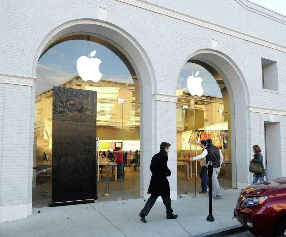 Apple Store, 356 Greenwich Ave., Dec. 21, 2010. Photo: Bob Luckey / Greenwich Time