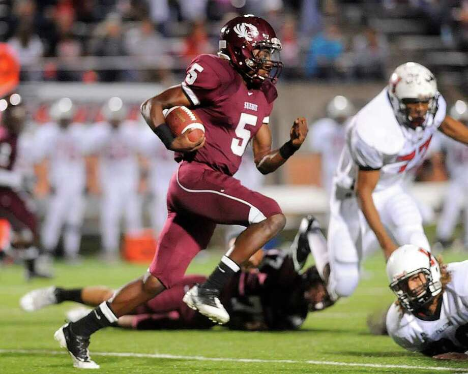 Silsbee quarterback Jeremy Johnson sprints for extra yardage on a sneak during the first half of playoff action against the Huffman Falcons at Baytown's Stallworth Stadium.  Valentino Mauricio/The Enterprise Photo: Valentino Mauricio / Beaumont
