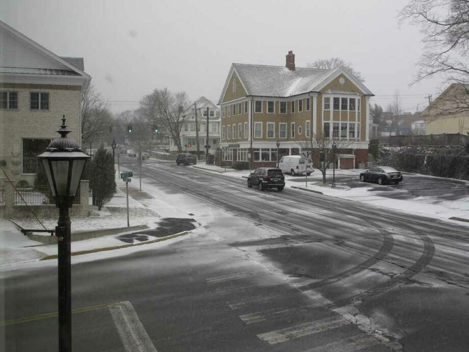 The intersection of Cherry and Vitti streets begins to become covered with snow this afternoon. Photo: Belinda Stasiukiewicz / New Canaan News