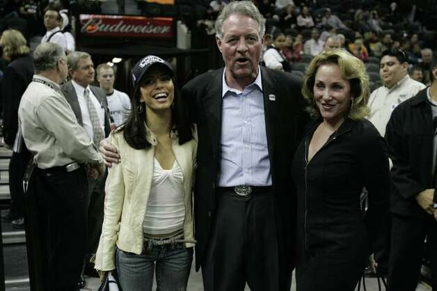 SPORTS SPURS MAVERICKS 11/24/04--Eva Longoria, Peter Holt and his wife Julianna at the Spurs- Mavericks game at the SBC Center on Wednesday, Nov. 24, 2004. ( JERRY LARA STAFF ) Photo: JERRY LARA, SAN ANTONIO EXPRESS-NEWS / SAN ANTONIO EXPRESS-NEWS