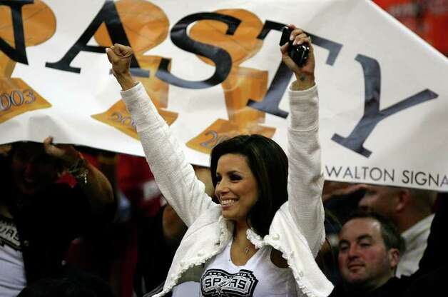 Eva Longoria during fourth quarter action in the NBA Finals game four in Cleveland June 14, 2007. Photo: JERRY LARA, SAN ANTONIO EXPRESS-NEWS / SAN ANTONIO EXPRESS-NEWS
